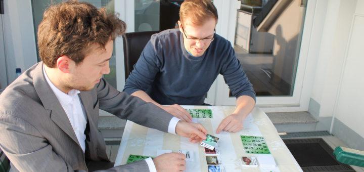 Alexander Wolf (links) aus Bremen und Christoph Lilienthal aus Brinkum spielen eine Runde Lettower - spielerisch können Flüchtlinge hier die deutsche Sprache üben, Grundschüler das Alphabet üben. Spiel Gesellschaftsspiel Spieleentwickler Integration