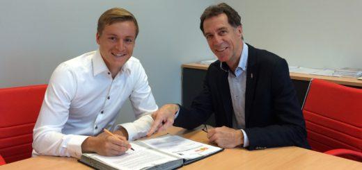 Felix Kroos (l.) mit Union-Sportchef Helmut Schulte bei der Unterzeichnung seines Drei-Jahres-Vertrags. Foto: Union