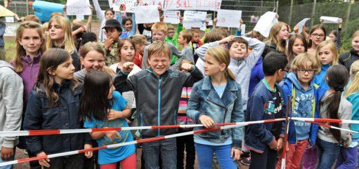 Kinder und Eltern haben jetzt auf dem Spielplatz an der Hadenbergstraße gegen eine mögliche Bebauung protestiert. Foto: Schlie