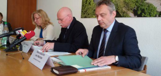 Innensenator Ulrich Mäurer stellt mit Hans-Joachim von Wachter den Verfassungsschutzbericht Bremen vor. Foto: Bohlmann