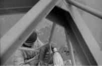 1960 führten Monteure Wartungsarbeiten am Fernsehturm hoch über dem Erdboden aus. Foto: Stadtarchiv Delmenhorst
