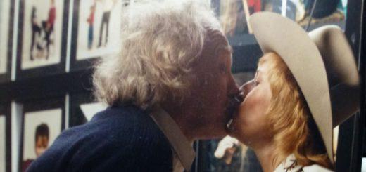 Ein Küsschen in Ehren: Renate Kern mit dem befreundeten Delmenhorster Fotografen Friedrich Kunde. Foto: Stadtarchiv Delmenhorst (Fotonachlass Kunde)