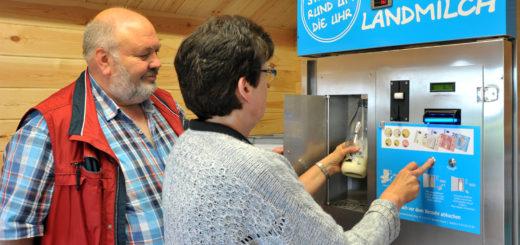 Rainer und Herma Fortmann demonstrieren die Funktionsweise ihrer Milchtankstelle: Gereinigtes Gefäß in die Box, Knopf gedrückt halten – und schon kommt die frische Milch geflossen. Foto: Konczak