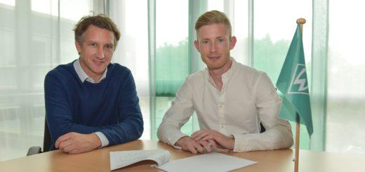 Werder-Geschäftsführer Frank Baumann (l.) und Florian Kainz bei der Vertragsunterzeichnung im Weserstadion. Foto: Nordphoto