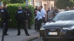 Frauke Petry erreichte den Versammlungsort unter starkem Polizeischutz. Foto: Möller