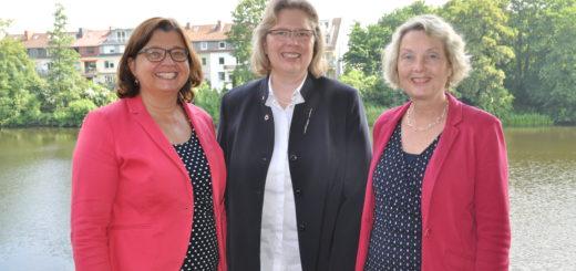 Die Vorsitzenden des Caritasverband, der Bremischen Schwesternverband und des Instituts für Berufs- und Sozialpädagogik wollen Altenpflegern den Umgang mit Muslimen näher bringen. Foto: Caritas Bremen
