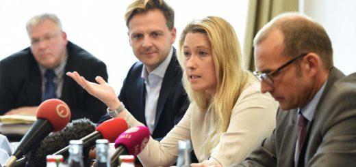Lencke Steiner (M.) und Thomas Röwekamp (r.) fordern den Rücktritt. Foto: Schlie