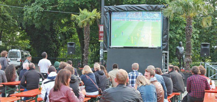 Eröffnung der EURO: Die Stimmung am Goetheplatz war gut, aber noch nicht euphorisch. Foto: Eberhardt