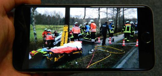 Das Smartphone macht es möglich: Viele Schaulustige fotografieren an Unfallstellen. Das soll künftig härter bestraft werden. Foto: Bosse