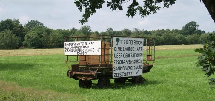 In der Ortschaft Teufelsmoor protestieren Anwohner mit Spruchbändern gegen die Sammelverordnung der Kreisverwaltung. Foto: Möller