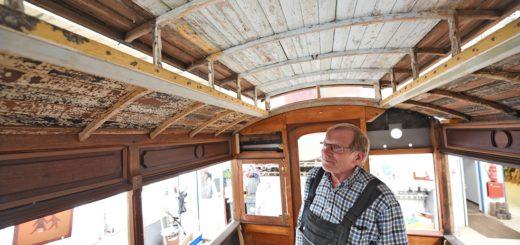 Gerd Borcherding arbeitet seit sieben Jahren daran, den alten Pferdebahnwagen wieder herzustellen Foto: Schlie