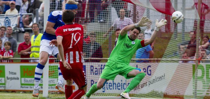 Das erste Gegentor für den Bremer SV: Evgenij Bieche trifft für den SV Eichede. Foto: Agentur 54 Grad