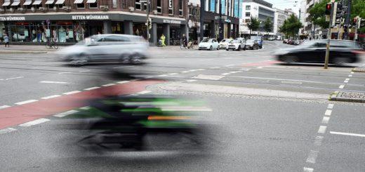 Motorradfahrer rast an der Brillkreuzung vorbei. Foto: Schlie