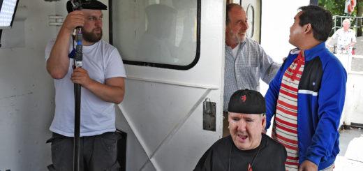 Frank Grabski wird von Kevin Alamsyah auf die Weserfähre geschoben. Regisseur und Drehbuchautor Eike Besuden gibt den Schauspielern noch ein paar Tipps.Foto: Schlie