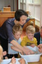 Claudia Bogedan experimentiert mit Kita-Kindern zum Thema Energie sparen. Foto: Neloska