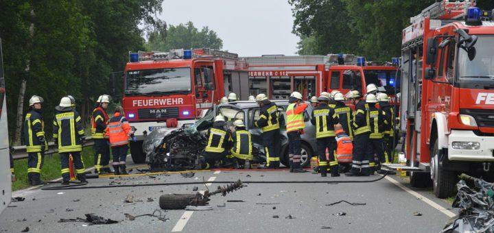 Rettungskräfte am Unfallort an der B215. Foto: Polizei Verden