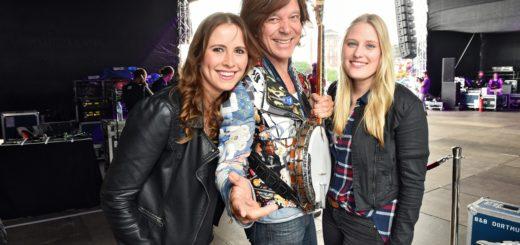 Ein Foto mit Jürgen Drews – Dominique Labrenz (rechts) und ihre Freundin Antonia Fischer begeistert bei Bremen Olé. Foto: Schlie
