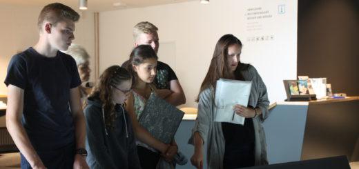 Erwin (16) (v. l.), Madelaine (12), Finja (16) und Enrico (16) werden derzeit von Adrienne Körner zu Junior Guides am Denkort Bunker Valentin ausgebildet.Foto: Füller