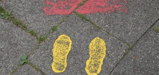 In vielen Bremer Stadtteilen weisen gelbe Füße und Haltelinien den ABC-Schützen einen sicheren Schulweg. Foto: Füller