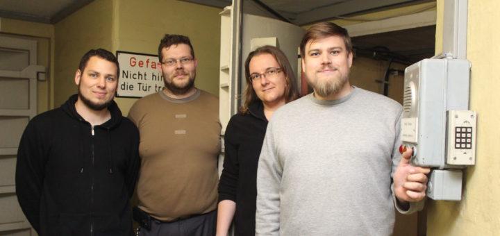 Mirko Krumm und Stefanie Pohlmann, Sebastian Schröder und Finn Lenz (v.r.) an der großen Eingangstür zum Bunker. Sie lässt sich mittlerweile wieder auf Knopfdruck öffnen.Foto: Runge