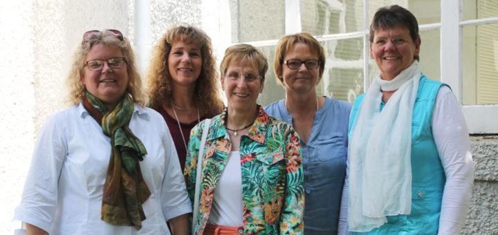 Bärbel Niemeyer-Schlenker (v. l.,Koordinatorin des ambulanten Hospizdienstes Bremen-Nord), Petra Wolff (Teilnehmerin des neuen Seminars), Christa von der Ahe (Ehrenamtliche) Sabine Meinders (Koordinatorin) und die erste Vorsitzende Andrea Herrmann freuen sich auf weitere Freiwillige.Foto: Füller