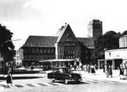 Das Foto entstand 1956 nach vollzogenem Abbruch der Arkaden und der Anlegung der Bus-Halteinsel. Bildvorlage: Stadtarchiv Delmenhorst