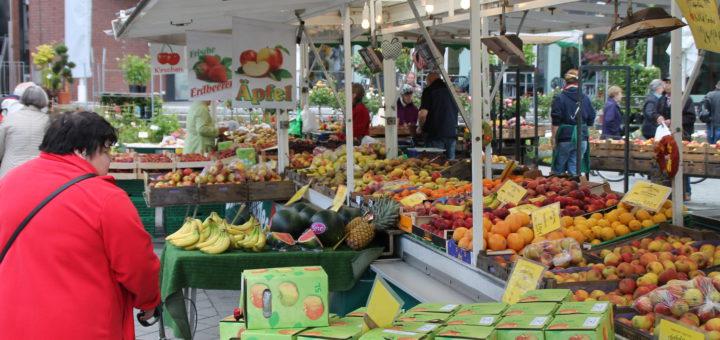 Der Grünmarkt auf dem Sedanplatz ist nach wie vor ein Publikumsmagnet in der Vegesacker Fußgängerzone.Foto: pv