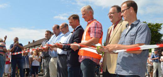 Bürgermeister Rainer Ditzfeld (2. v. l) und zahlreiche Gäste eröffneten den Kreisel am Freibad. Foto: Sieler
