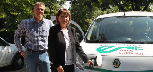 Marc von Leesen, Sachgebietsleiter Verwaltungsservice in Ritterhude, und Bürgermeisterin Susanne Geils stellten das neue Dienstfahrzeug vor: Es fährt zu 100 Prozent mit Strom. Foto: Füller