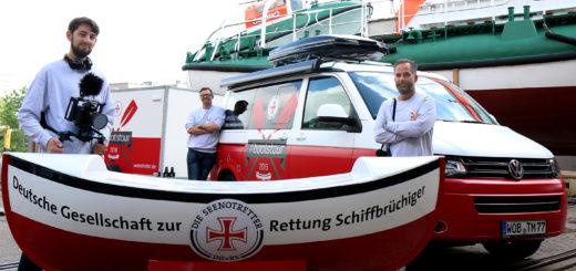 Dorian-Vasco Nagel (v. l.), Alexander Nortrup und Tom Tautz mit dem übergroßen Sammelschiffchen, das auf Deutschlandreise geht. Foto: DGzRS – Die Seenotretter