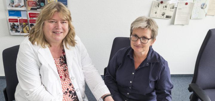 Elke Fenske (l.) und Regina Krumpe von der Agentur für Arbeit erklären, warum es auch kurzfristig noch Sinn macht, sich um einen Ausbildungsplatz zu bemühen.Foto: Meyer