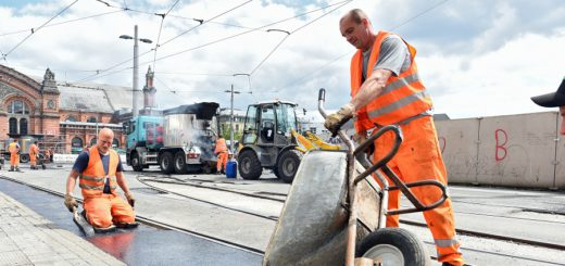 So wurde 2016 auf der Baustelle am Bremenr Bahnhof geschuftet. Dieses Jahr müssen die Straßenbahngleise nun aber endgültig ausgetauscht werden. Straßenbahn Gleise Schienen BSAG Foto: Schlie