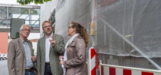 Oberbürgermeister Axel Jahnz (l.), SWD-Geschäftsführer Hans-Ulrich Salmen und Stadtbaurätin Bianca Urban trafen sich am Cityparkhaus, um über den geplanten Abriss zu sprechen.Foto: Meyer