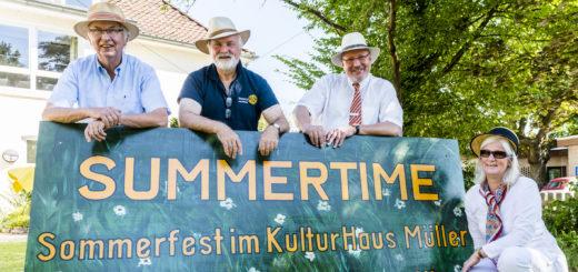 Harald Menkens (Freundeskreis KulturHaus Müller), Rolf Schütze (Rotary Club Ganderkesee), Burkhard Müller (OLB) und Wiebke Steinmetz (RegioVHS) freuen sich auf das Sommerfest. Foto: Meyer