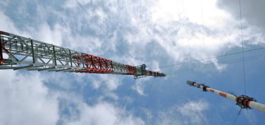 Noch stehen der alte und der neue Sender in Steinkimmen nebeneinander. Im Frühjahr 2017 soll mit dem Abbau des alten Antennenträgers begonnen werden. Foto: Konczak