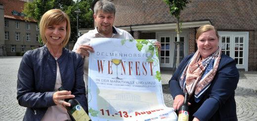 Ines Ritter, Axel Langnau und Claudia Schnier (von links) freuen sich wieder auf viele Besucher, wenn rund um die Markthalle das Weinfest steigt. Foto: Konczak