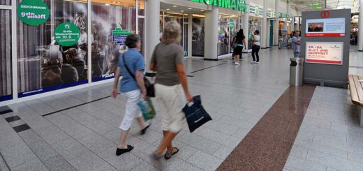 In Einkaufscentern wie dem Weserpark sind zusätzliche Maßnahmen für die Sicherheit der Menschen getroffen worden. Foto: Bahlo