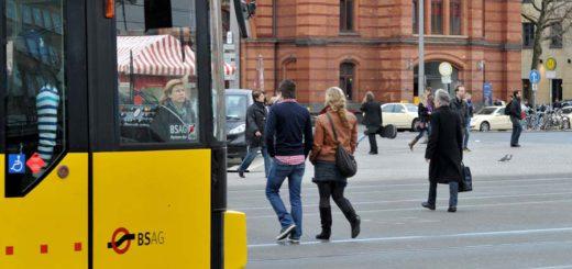Fußgänger auf dem Bahnhofsplatz. Foto: Schlie