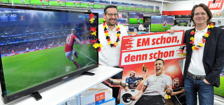 Verkaufsleiter Christopher Skormachowitsch (l.) und Geschäftsführer Henning Adler präsentieren im Media Markt den Flachbildfernseher, den WR-Leser gewinnen können. Foto: Konczak