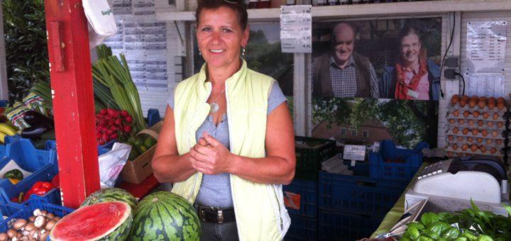 Vera Janocha am Obst- und Gemüsestand in Seckenhausen in Stuhr glaubt, dass Seckenhausen zumindest mit Grundzutaten gut ausgestattet ist. Stadtteilspaziergang. Einkaufen Grundversorgung Moordeich Lebensmittel