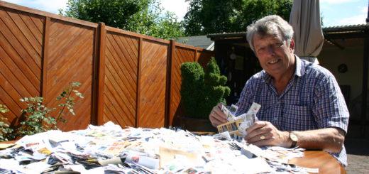 Peter W. Jung mit einem Bruchteil von Briefmarken-Spenden. Foto: Neloska
