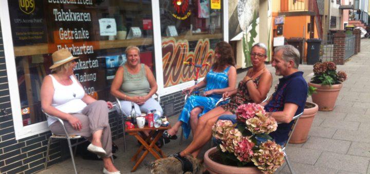 """Das """"Wallou"""" in der Vegesacker Straße nutzen viele Waller jeden Tag als Treffpunkt. Die Straße in dem Stadtteil lebt von Geselligkeit: Es gibt Kneipen, Restaurants, und auch in den Läden ist ein Plausch an der Tagesordnung. Stadtteilspaziergang Hart Backbord Kiosk Einzelhandel"""