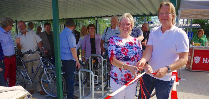 An allen drei Standorten gleichzeitig konnte Bürgermeisterin Alice Gerken-Klaas gestern nicht sein, am Bahnhalt in Hoykenkamp weihte sie deshalb symbolisch für alle Stationen die neue Sammelschließanlagen für Fahrräder ein.Foto: gri
