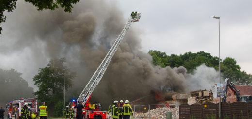 Die Feuerwehr hatte am Freitagabend alle Hände voll zu tun, den Brand an der alten Gaststätte in Adelheide zu bekämpfen. Foto: gri