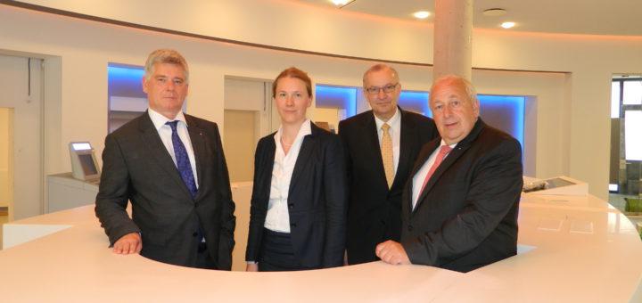 Die Vorstände Wilfried Guttmann (r.) und Mathias Knoll (l.) mit Geschäftsstellenleiterin Jenny Furken und Bau-Projektleiter Frieder Hemeyer in der neuen Schalterhalle. Foto: Bosse