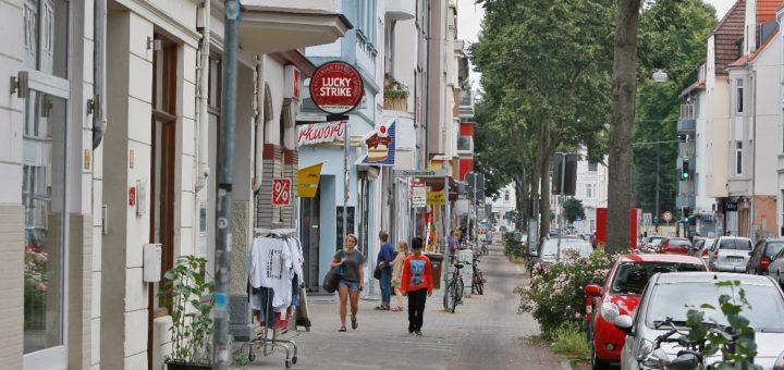 Nicht auf jeder Höhe ist die Kornstraße so dicht mit Geschäften besiedelt wie hier. Trotzdem gibt es bis zu ihrem Ende in Huckelriede einiges zu entdecken.Foto: Barth