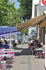 Die Restaurants und Cafés bieten Außenplätze direkt an der Pappelstraße – gerade bei gutem Wetter sind die bei Neustädtern sehr beliebt.