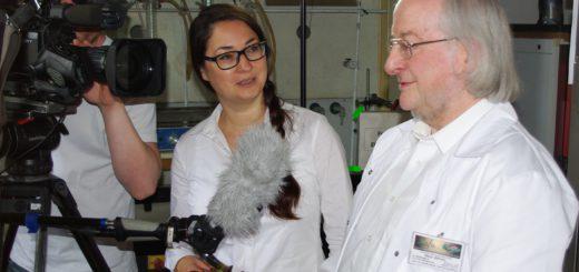 """Gary Zörner vom Labor für mikrobiologische und chemische Analytik auf der Nordwolle hat Salate für die Verbrauchersendung """"Markt"""" geprüft. Am Mittwoch wird der Beitrag gesendet. Foto: Lafu"""