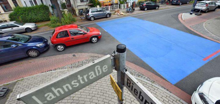 Anwohner haben die Kreuzung an der Ecke Lahnstraße / Biebricher Straße blau markieren lassen - die Stadt lässt den Belag ab morgen abfräsen. Foto: Schlie