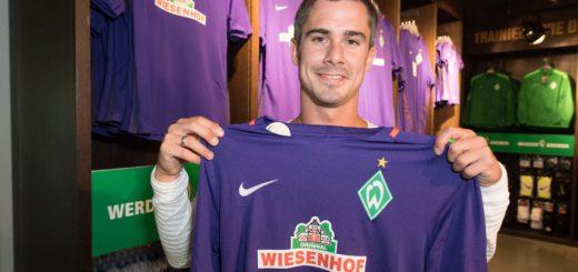 Fin Bartels in der Werder-Fanwelt mit dem neuen Auswärtstrikot. Foto: Nordphoto